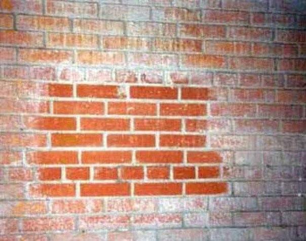 высолы на кирпичной стене